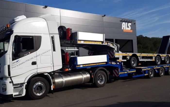 Ensemble de porte-engins dont le porteur en 5 lignes d'essieux pour un poids total de plus de 30 tonnes ! Départ Luxembourg pour Mâcon.