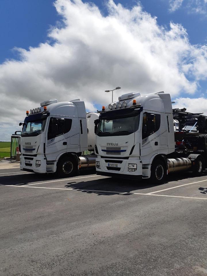 Sur un parking en Normandie entre Le Havre et Paris. Départ des châssis porte-conteneurs pour la Martinique et retour de la citerne d'Angleterre.